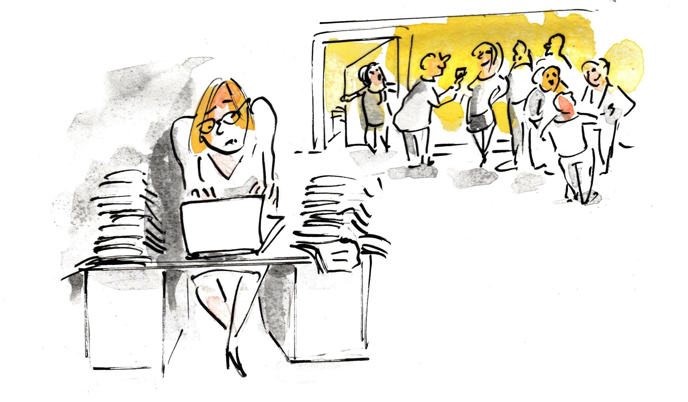 Als Einzelkämpferin arbeitet eine Frau am Schreibtisch, die Kollegen unterhalten sich.