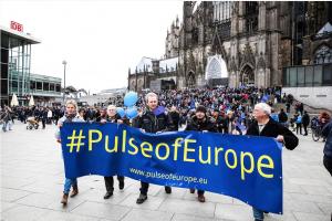 Demonstranten am Kölner Dom mit einem großen Banner, Aufschrift: #PulseofEurope