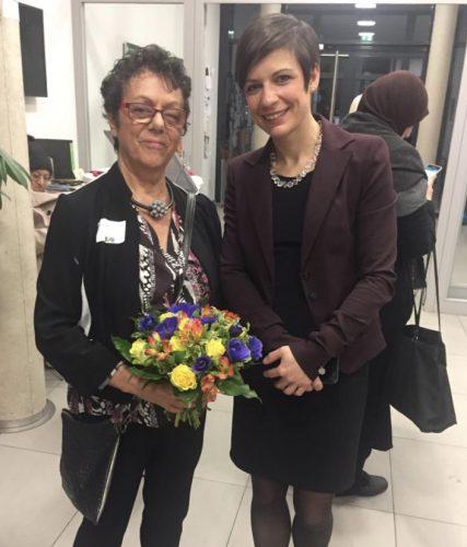 Anni Hausladen mit Blumenstrauß und die Erftstädter Frauenbeauftragte Carolin Weitzel